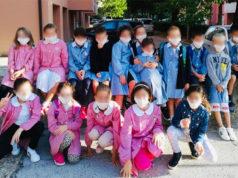 Alessandro e i suoi compagni di classe al primo giorno di scuola con la mascherina antibatterica