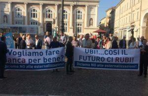 La protesta dei dipendenti della banca Ubi a Pesaro