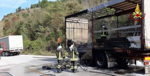 L'incendio domato nel rimorchio dell'autocarro