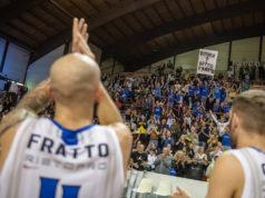 Francesco Fratto festeggia la vittoria della Ristopro Fabriano contro Giulianova (foto di Marco Teatini)