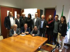 Il cast dello spettacolo teatrale con il regista, il sindaco di Castefidardo e i presidenti delle associazioni che patrocinano il progetto
