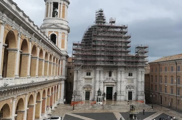 I ponteggi per i lavori di restyling alla basilica di Loreto