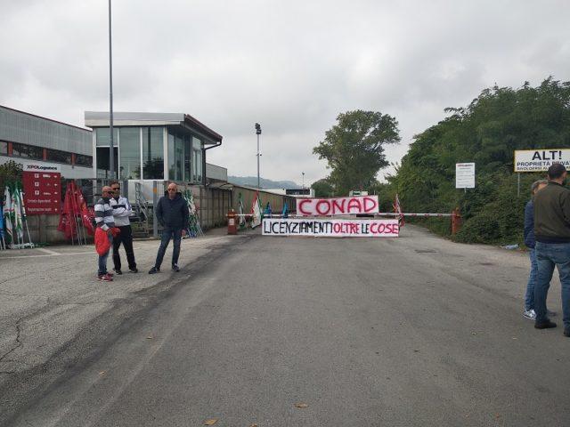 Antivigilia di lotta: i dipendenti Auchan in via Garibaldi per chiedere garanzie