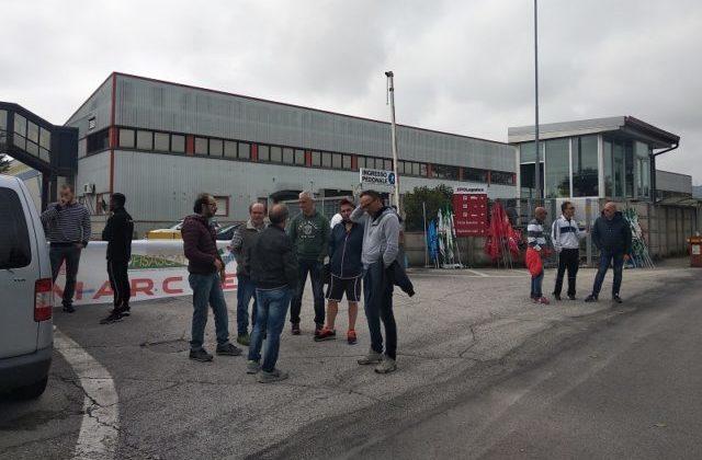 La protesta dei lavoratori del deposito di Osimo