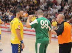 Selmani chiede spiegazione al direttore di gara in una precedente partita
