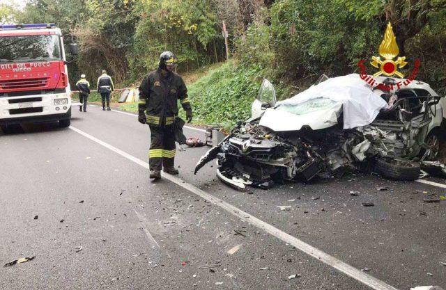 Lo schianto lungo strada della Bruciata, a Senigallia, tra una vettura e un autocarro