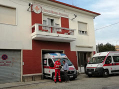 Il presidente Marco Mazzanti e un volontario di fronte alla storica sede della Croce Rossa in via Narente, a Senigallia