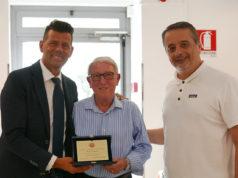 Il sindaco Mangialardi e il presidente della Fondazione Città di Senigallia Guzzonato consegnano a Mario Casagrande la targa per gli oltre 50 anni di servizio