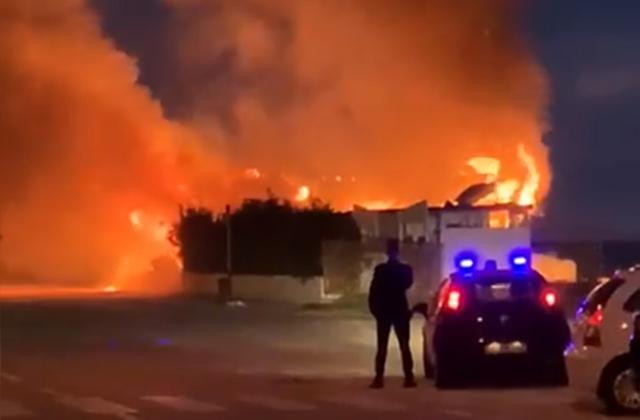 """L'incendio che ha distrutto lo stabilimento balneare """"Chateau Chateur"""" a Marina di Montemarciano"""