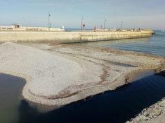 L'isolotto di ghiaia e detriti al termine del fiume Misa, a Senigallia