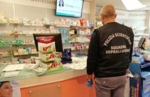 Il sopralluogo della Polizia Scientifica nella farmacia dove è avvenuta la rapina