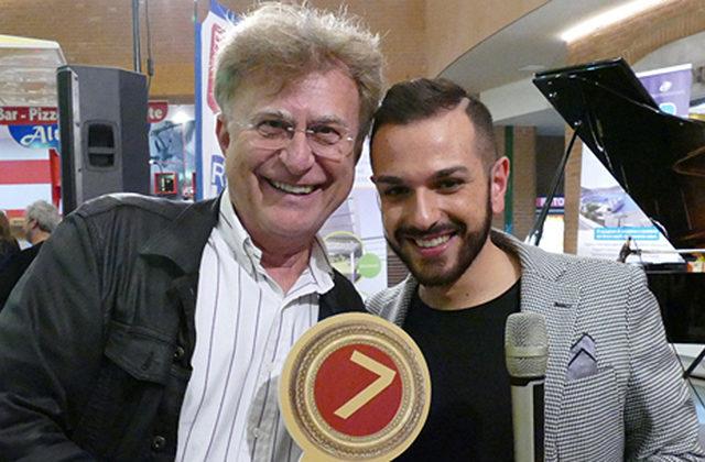 Red Ronnie con uno dei concorrenti del concorso Music Gallery