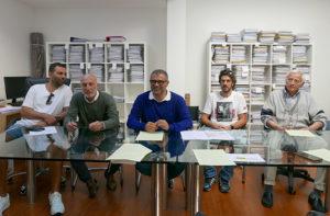 I residenti di via Colombo e via Cavalieri di Vittorio Veneto assieme all'avvocato Canafoglia dell'Unione Nazionale Consumatori