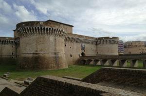 La Rocca roveresca di Senigallia. Sullo sfondo l'ex cinema politeama Rossini. Foto di Carlo Leone