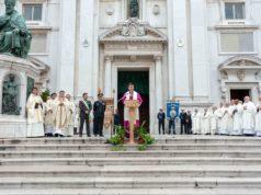 Monsignor Dal Cin legge il decreto