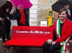 Il sindaco Annalisa Del Bello seduta a Camerano sulla panchina rossa contro la violenza sulle donne