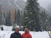 L'assessore Cardinali e il sindaco Pugnaloni a Cortina. Sullo sfondo l'albero