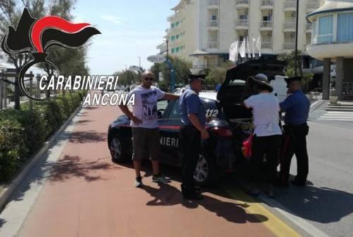 Blitz dei carabinieri in spiaggia: nel mirino gli ambulanti abusivi. Multe per 45mila euro