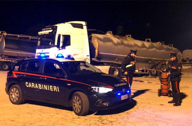 I Carabinieri presidiano l'area della cisterna esplosa a Falconara Marittima
