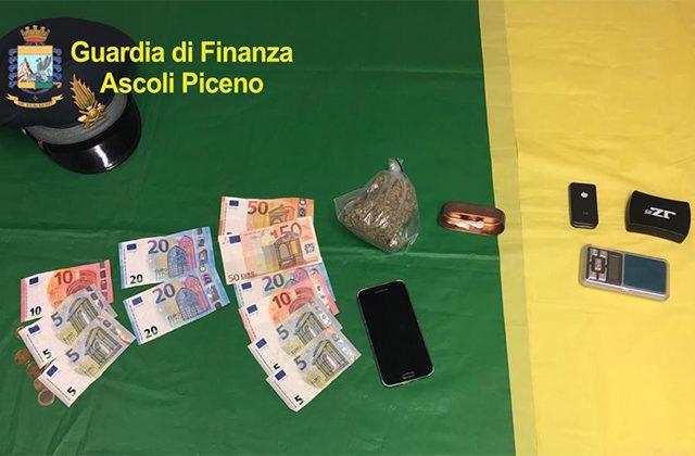 La droga pronta per lo spaccio, un bilancino e i soldi sequestrati dalla Guardia di Finanza di Ascoli Piceno