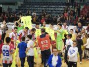 I giocatori del Pesaro festanti con i bambini del settore giovanile