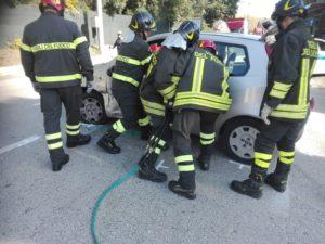 I pompieri estraggono l'anziana