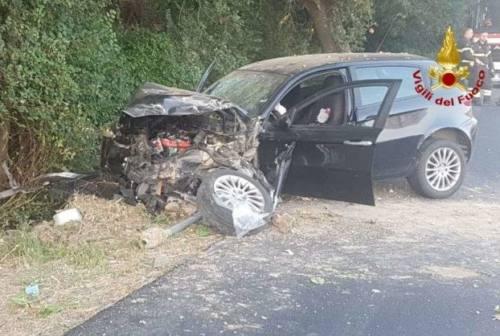 Jesi, schianto in auto contro un albero: ferita una donna incinta