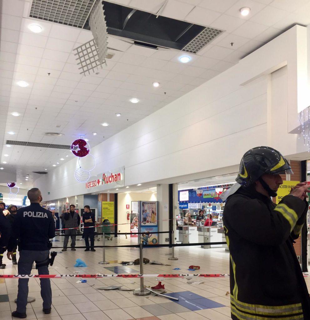 La galleria dell'Auchan dove è caduto il 12enne