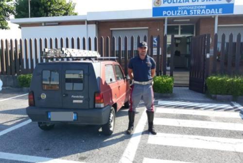 Ruba l'auto, vede i poliziotti e scappa a piedi sull'A14