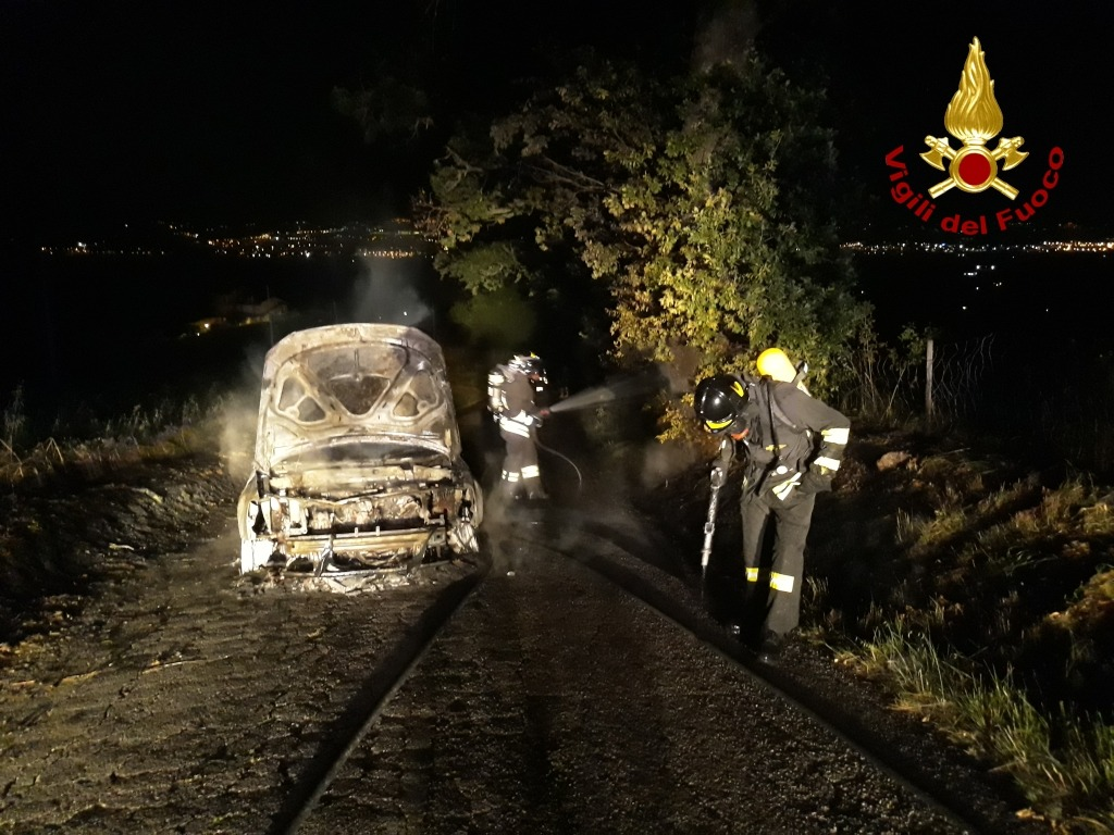 Jesi, auto a fuoco in via Cannuccia