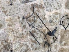 Le fascette in plastica abbandonate in strada a Corinaldo