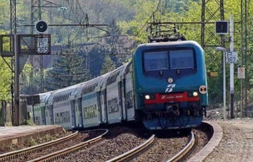Pesaro, minaccia di buttarsi sotto il treno, giovane salvato dai carabinieri