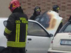 Un'auto è andata a fuoco a fianco della chiesa del Portone di Senigallia