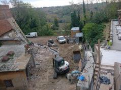 I lavori di demolizione dell'ex mattatoio a Ripe di Trecastelli