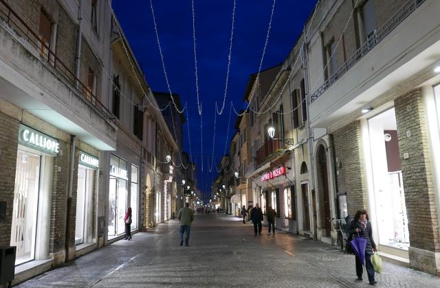 Senigallia, centro storico tra led e polemiche sulle luci di natale - Centropagina