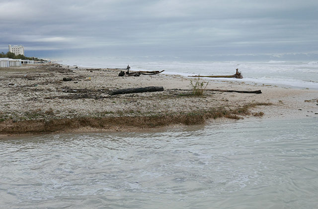 La mareggiata ha interessato la spiaggia a Marzocca di Senigallia: l'arenile è scomparso per l'erosione costiera