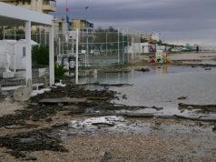 L'acqua è arrivata fino alle strutture, portando con sé i detriti