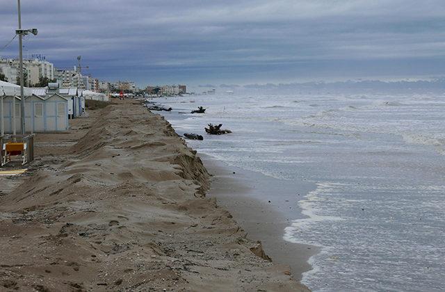 La mareggiata che ha interessato la spiaggia di Senigallia in zona Ciarnin: evidente l'erosione costiera
