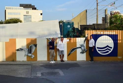 Senigallia, la bandiera blu diventa anche un murale