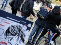 La Polizia in piazza Roma ad Ancona per informare i cittadini sulla rete anti violenza per le donne