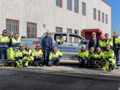 L'imprenditore Fiorello Campolucci e il sindaco Rodolfo Pancotti a fianco del gruppo di protezione civile di Ostra Vetere