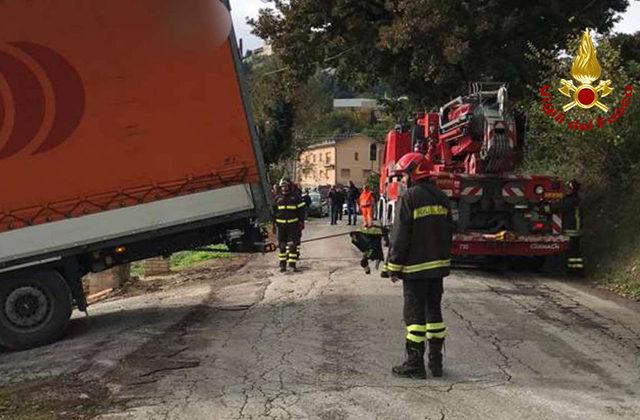 Il recupero dell'autoarticolato ad Arcevia, grazie ai Vigili del fuoco