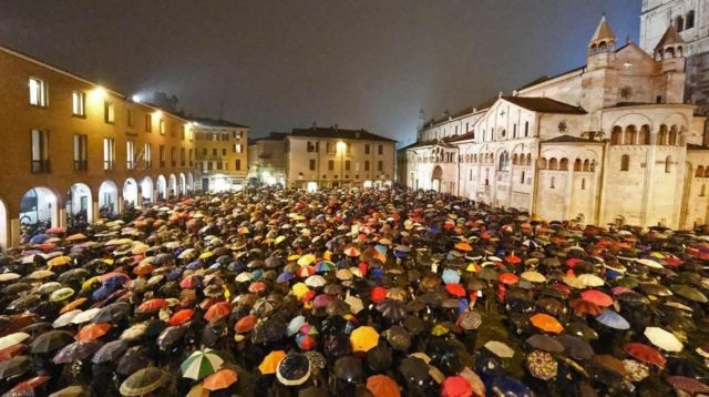 Il flash mob delle sardine a Bologna