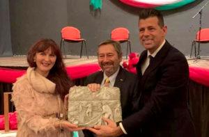 La scultrice Giò Fiorenzi, Giancarlo Trapanese al centro e Maurizio Mangialardi a destra durante la consegna del premio La Sciabica 2019
