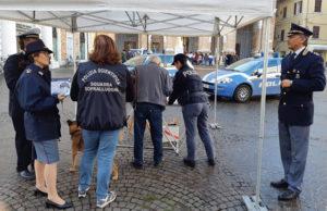 Lo stand della polizia a Senigallia contro la violenza sulle donne
