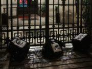 I sacchi di denaro finto lasciati davanti al Comune di Ancona dai militanti di CasaPound