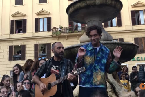 Mini concerto a sorpresa di Mika in piazza Roma: fan in delirio