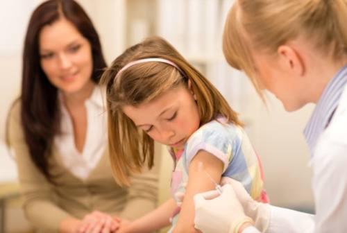 Riaprono le scuole, si riaccende la questione vaccini. Maglia nera per coperture al maceratese
