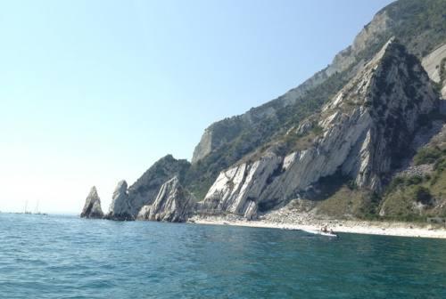 """Due """"Sorelle"""" in preghiera: la leggenda della spiaggia più bella d'Italia"""