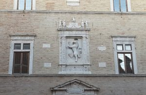 L'edicola sulla facciata del Palazzo della Signoria (1498) con il leone rampante coronato